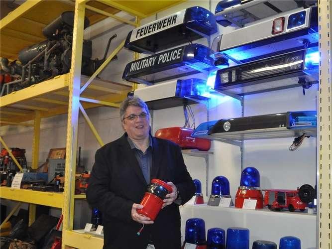 Das Feuerwehrmuseum hat sich neu aufgestellt. Vorstandsmitglied Alexander Süsse (hier mit einem 60 Jahre alten Blaulicht) und seine Mitstreiter wollen das Museum auf gesunde Füße stellen.